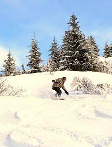 Morzine snowboarding in powder